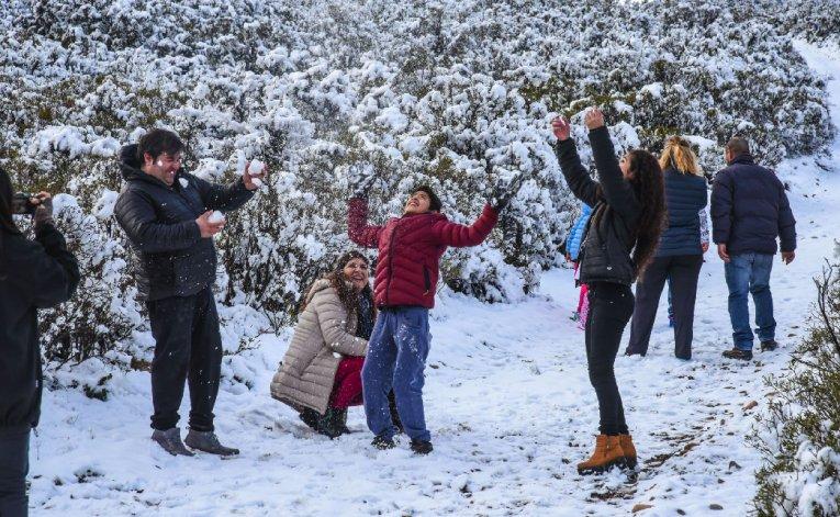 Diversas familias se tomaron el tiempo para llegar hasta los lugares más nevados y disfrutar del fenómeno blanco.
