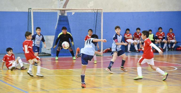 Racing Comodoro eliminó a Escuela de Fútbol Club Atlético Huracán y es uno de los finalistas de la categoría 2006.