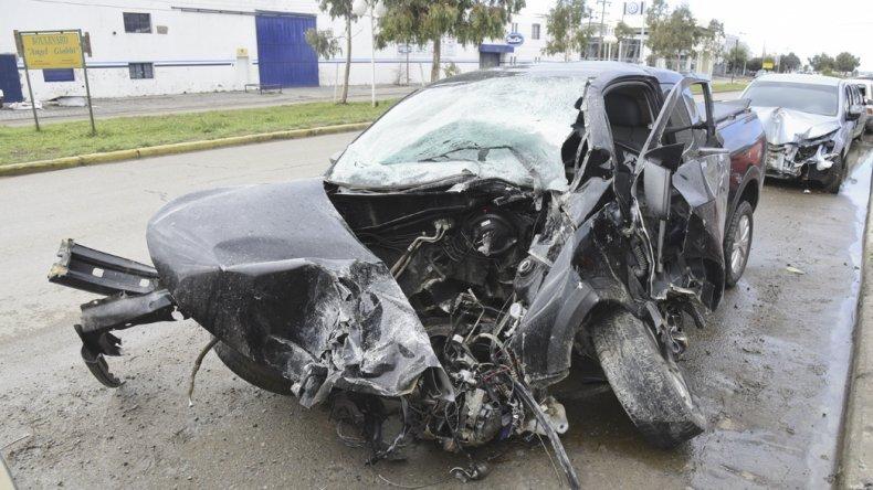 La camioneta Volkswagen Saveiro se estrelló contra la palma de un semáforo y su motor terminó a varios metros.