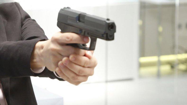 Amenazó a su padre y también a su  hermana con la réplica de un arma