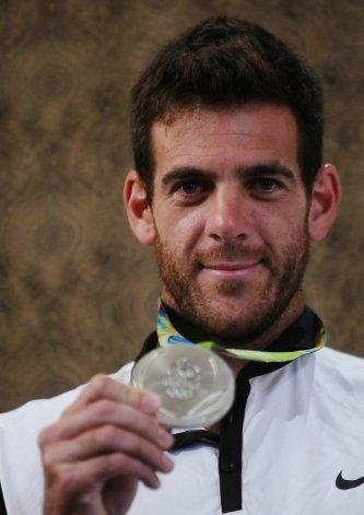 Juan Martín Del Potro luce orgulloso con su medalla de plata que logró en los Juegos Olímpicos de Río.