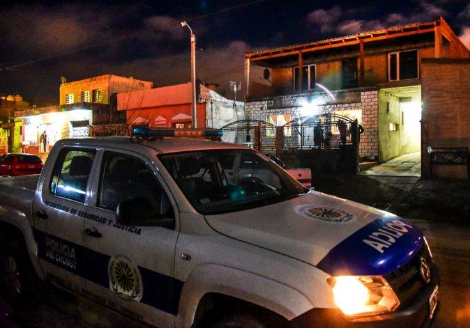En la casa de Patricia Rodríguez la Brigada secuestró prendas de vestir.