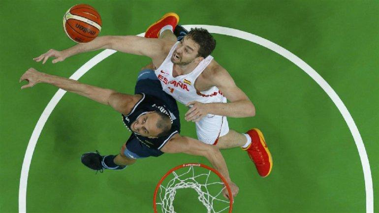 Emanuel Ginóbili lucha por un rebote con el español Pau Gasol.