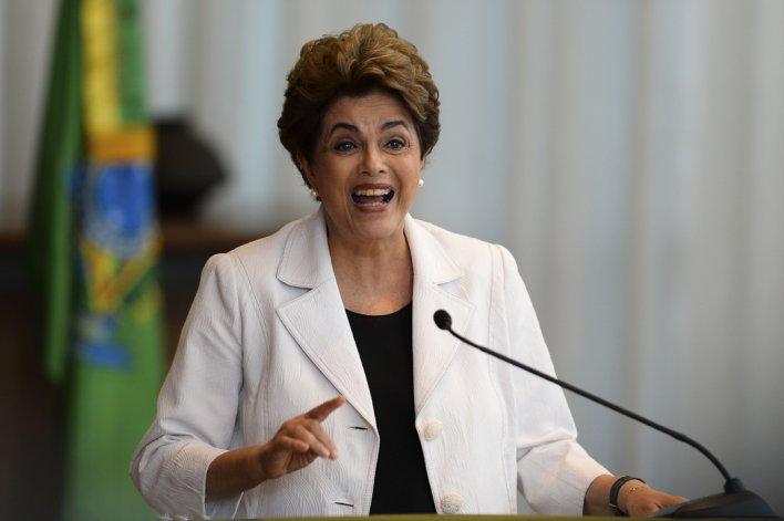 Dilma Rousseff lee una carta dirigida al pueblo brasileño.