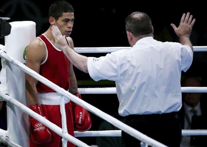 El árbitro del combate dice que Alberto Melián no va más y decreta el triunfo del uzbeco.