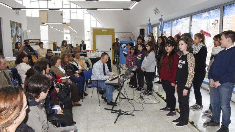 El Coro Infanto Juvenil animó el acto.