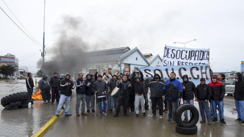 Integrantes del Sindicato de Obreros Unidos de la Construcción de Chubut se manifestó sobre la Ruta Nacional 3 en reclamo al inicio de obra de la ampliación del puerto.