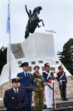 El acto por el 166 aniversario del paso a la inmortalidad de José de San Martín se realizó ayer en la plaza que lleva su nombre.