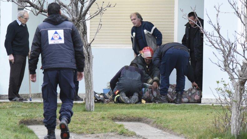 La mujer fue asistida por policías y bomberos tras inhalar monóxido de carbono.