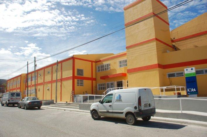 Una adolescente fue asaltada en las inmediaciones de la Escuela 745. Le robaron el teléfono celular a punta de pistola.