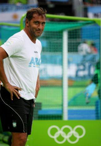 Carlos Retegui observando el partido que Argentina le ganó 4-2 a Bélgica en la final de los Juegos Olímpicos.