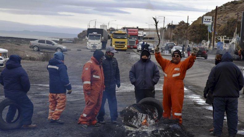 Los trabajadores municipales volvieron a cortar ayer el acceso norte de la ciudad del Gorosito y el intendente Facundo Prades aún no pudo obtener los fondos suficientes para cubrir todos los salarios.