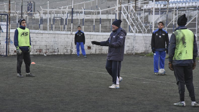 El DT de Newbery Luis Murúa dando indicaciones en el entrenamiento de ayer.