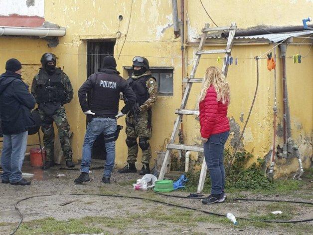 Efectivos del Grupo de Operaciones Especiales allanaron el departamento ubicado en la esquina de las calles Mitre y Ramos Mejía.