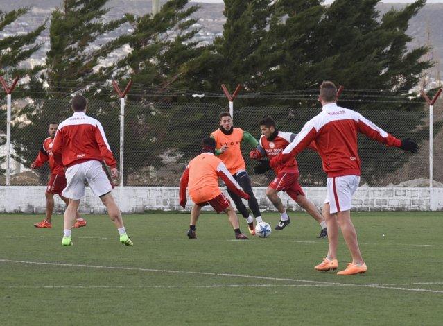 El plantel de Huracán trabajó ayer en su cancha con miras al partido del domingo ante Florentino Ameghino.