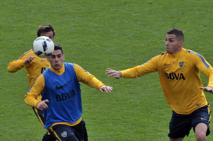Cristian Pavón y Fernando Tobio durante el entrenamiento que Boca realizó ayer en el predio de Casa Amarilla.