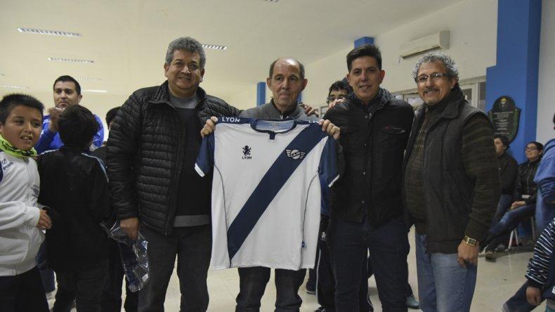 Ricardo Bochini paseó la grandeza  de su figura por Jorge Newbery