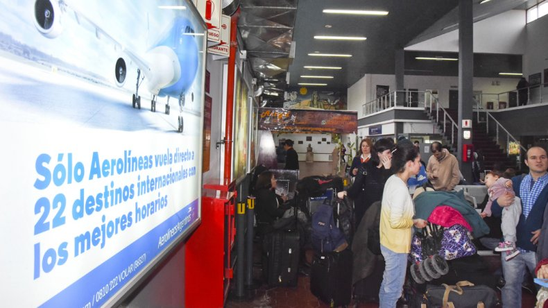 Continúan cancelados todos los vuelos de Aerolíneas y Austral