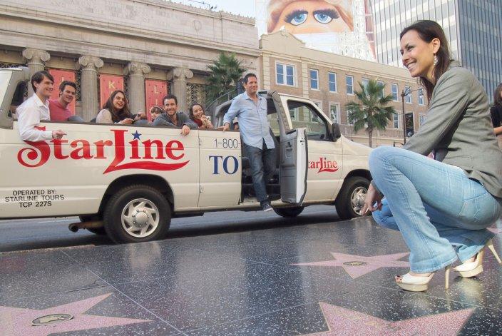 El paseo de la fama en Hollywood Boulevard y Vine Street hay más de 2 mil estrellas con el nombre de celebridades.