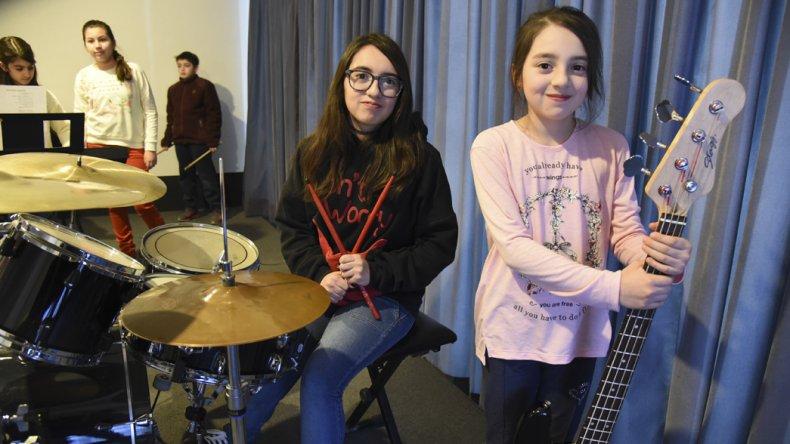 Aitana y Amaia Montesinos tienen 13 y 11 años. Una toca la batería; la otra el bajo.