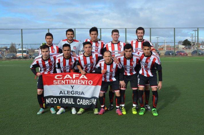 El plantel de Ameghino que ganó en Río Gallegos y debutará hoy como local.