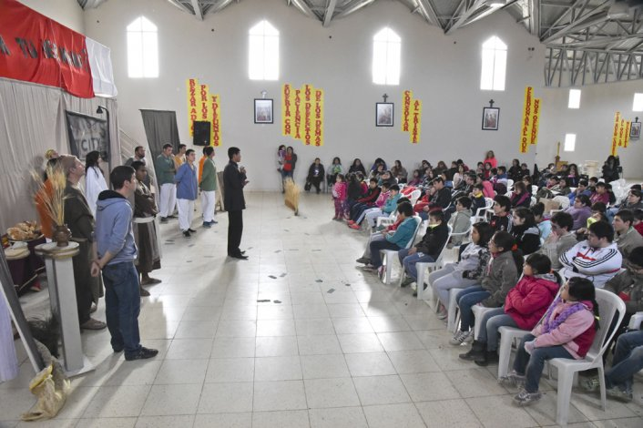 Gabriel Coria participa junto a otros doce jóvenes de la Comunidad Cenacolo en diferentes actividades que se realizan desde el jueves en diferentes espacios sociales de Comodoro Rivadavia y Rada Tilly.