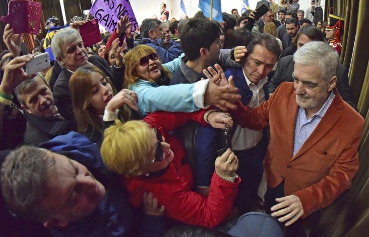 Mario Das Neves al ingresar a la Casa de Gobierno recibe el saludo de la ciudadanía.