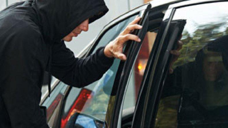 Atrapan a sospechosos de intentar robar en un auto