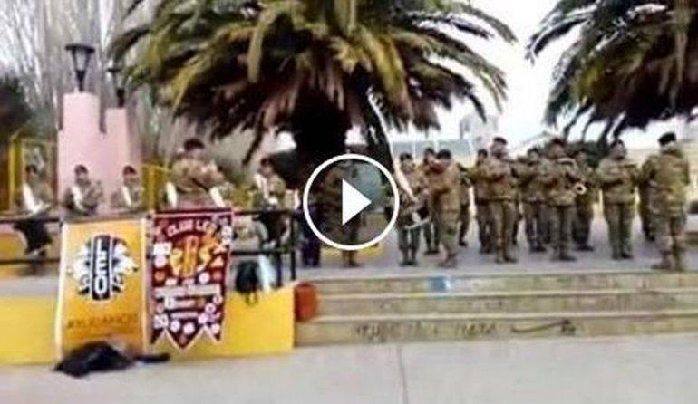 La banda del Ejército sorprendió y tocó un tema de Marama