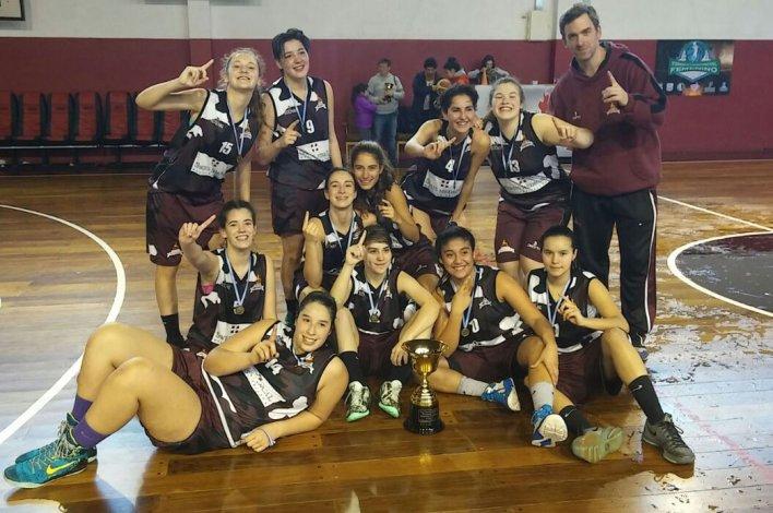 El equipo femenino U17 de La Fede en pleno festejo