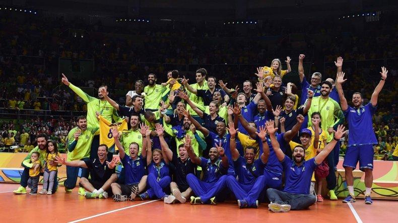 La selección de Brasil festeja su consagración en vóley masculino.