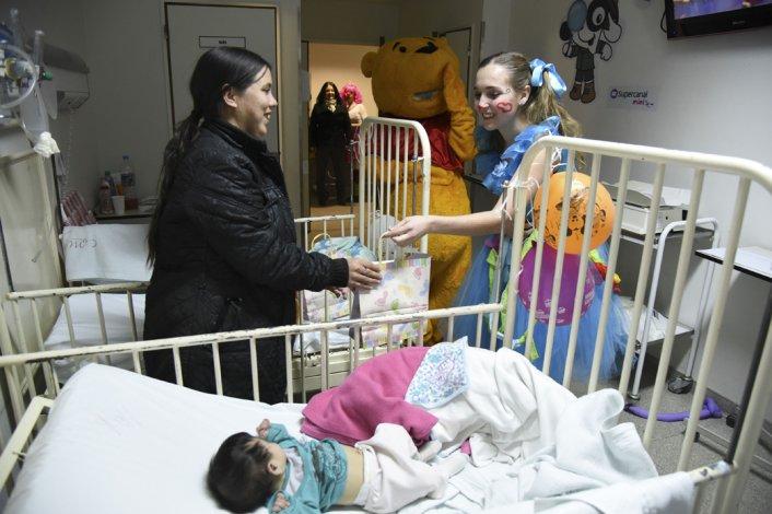 Niños internados en el Hospital Regional recibieron un regalo por parte del personal de La Anónima.