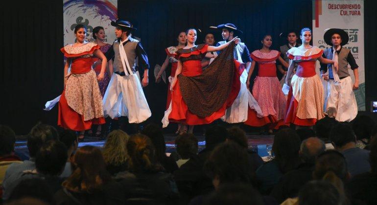 La danza y la palabra se adueñaron de los espacios públicos en Comodoro