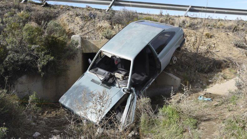 El Volkswagen Gol G1 de Lucas Jaramillo quedó dentro del desagüe pluvial que hay en el sector.