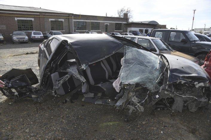 El Renault Logan quedó completamente destruido tras el choque que Guillermo Emiliano Ruiz protagonizó en la avenida Nahuel Huapi.