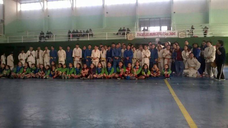 Todos los participantes que compitieron el último sábado en el torneo municipal de judo que se celebró en el gimnasio municipal 3.