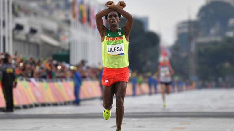 El etíope aprovechó la repercusión de la maratón para protestar por las situación e su etnia.