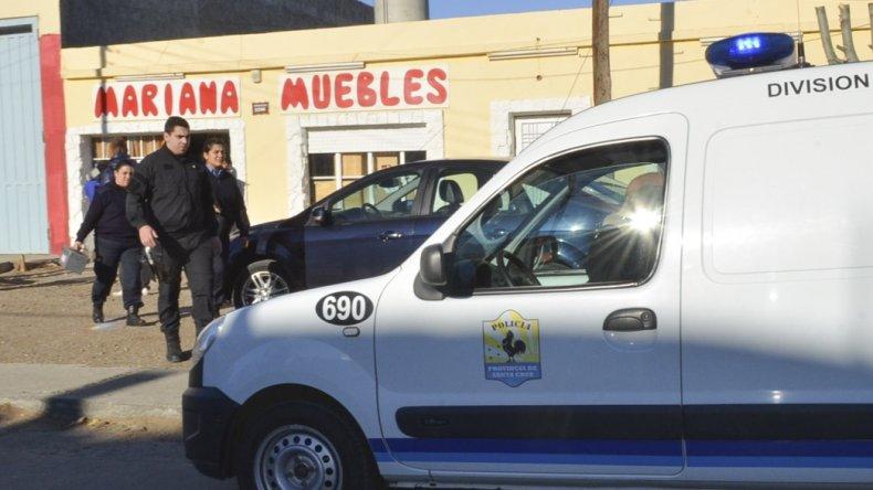 Efectivos de la División Criminalística realizaron las tareas de peritaje en el interior de la mueblería