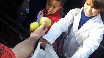 en una hora y media se entregaron 10 mil kilos de fruta