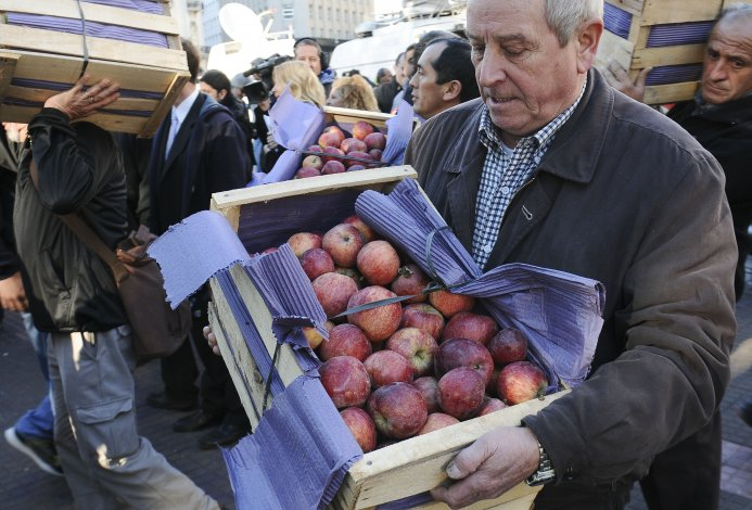Productores regalaron fruta en protesta por la crisis que atraviesa el sector