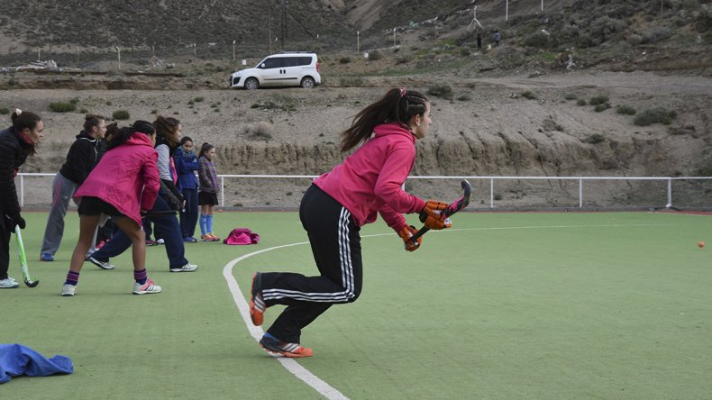 Las chicas de las dos selecciones de la Asociación Austral entrenaron el último sábado en cancha de Calafate.