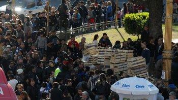 Regalan frutas en protesta por la crisis que atraviesa el sector frutícola.