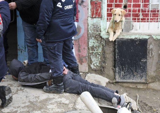 Matías Saín fue detenido el jueves cuando escapaba en una moto en Ignacio Rucci al 2.000. Le secuestraron un revólver y el botín del robo a la casa de reparación de teléfonos celulares.
