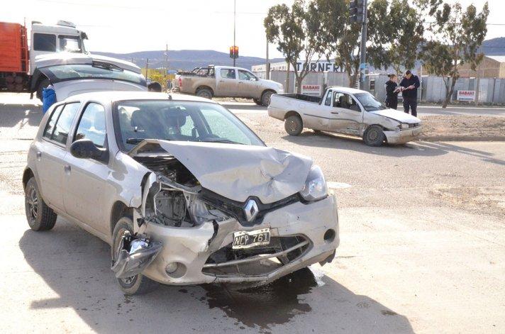 El Clio y la Saveiro terminaron con importantes daños.