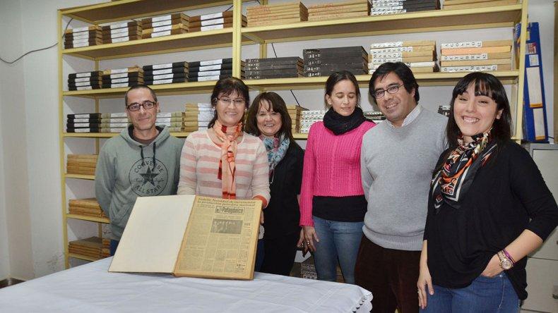 Parte de los integrantes del equipo que participa del proceso de restauración del archivo.