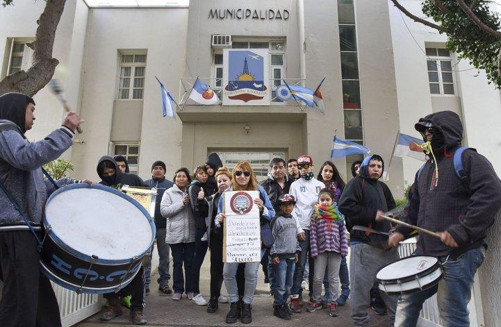 Integrantes del Sindicato de Obreros Unidos de la Construcción de Chubut se manifestaron frente al municipio.