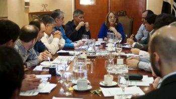 La gobernadora Alicia Kirchner, acompañada por el vicegobernador Pablo González, se reunió ayer con diputados del FpV, acordando dejar sin efecto el proyecto de Ley de Emergencia Educativa y reemplazarlo por un Acuerdo Social.