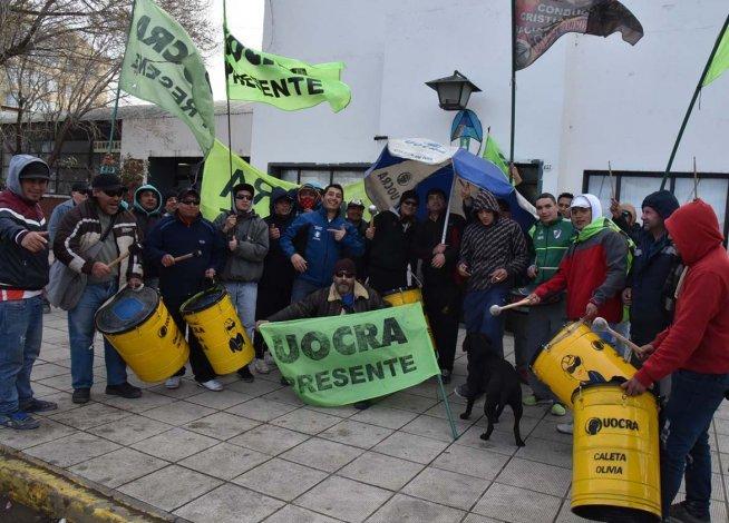 Desocupados de la UOCRA protagonizaron ayer una ruidosa protesta frente al edificio central de la comuna caletense