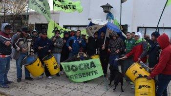 Desocupados de la UOCRA protagonizaron ayer una ruidosa protesta frente al edificio central de la comuna caletense, debido a que continúan dilatándose los plazos para reanudar dos obras viales.