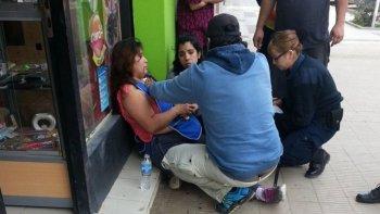 La víctima esperó sentada en la vereda a la ambulancia por más de 50 minutos, según los vecinos que la ayudaron.
